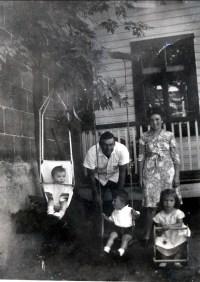 1944, août - Irène, Marc et Paulette avec Albert et Henriette Thivierge- rue des Érables