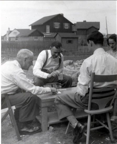 1945, approx Horace et Albert Thivierge, Guy Beausoleil et Margie Duncan jouent aux cartes