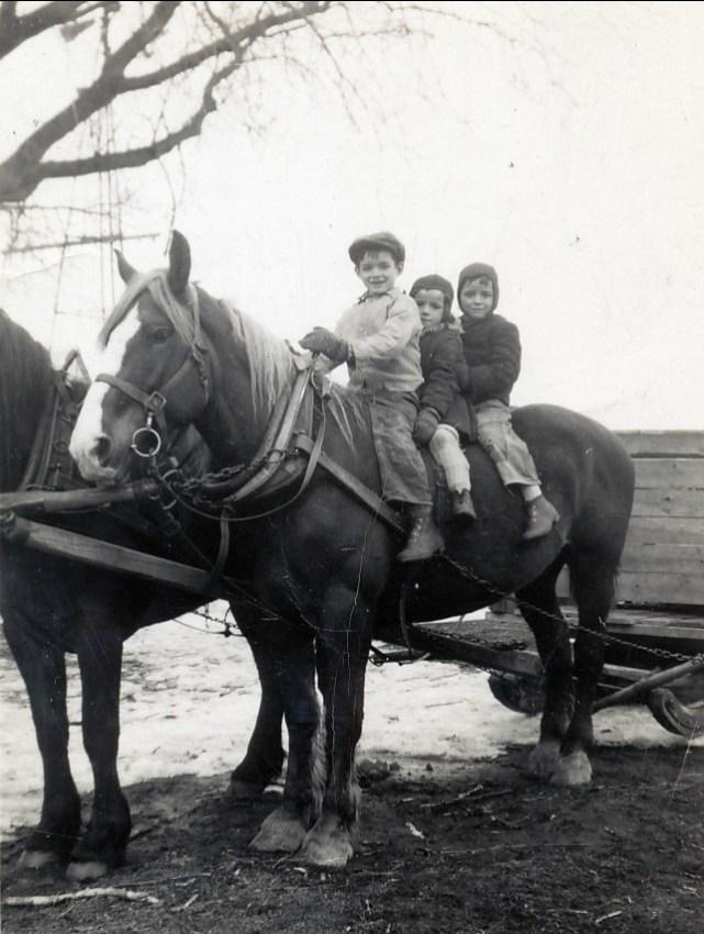 1946, St-Canut, Claude, Monique et Gilles Bertrand