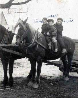 1946, St-Canut Irène, Marc et moi Paulette