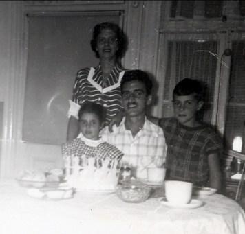 1950 approx Hélèna, Johnny et Jim avec Laurette Sofio à l_arrière