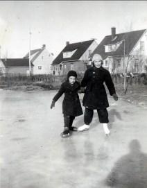 1950, patinoire - Irène et Paulette