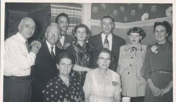 1953, 24 août fête de Germaine; François de Kinder, M. Bessette, Maurice, Ruth, Albert, Janine, Henriette; en avant - mne Bessette, Germaine