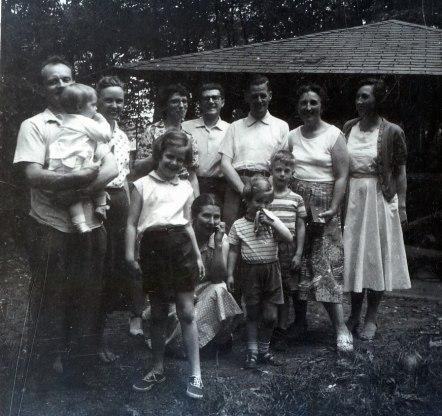 1958, Inconnu, Rita Fournier, Gaby, Gérard, inconnu, Henriette, Jeanne; en avant - à compléter