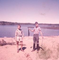 1959, Chibougamau Peter Gruenefeld et Bobby qui a attrapé le 1er poisson