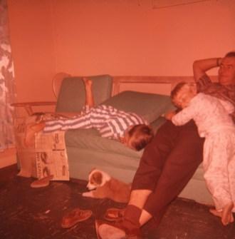 1959, Richard, Claire et Albert relaxent au salon