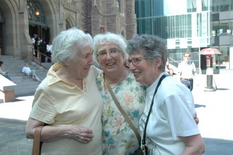 2008, Jeanne, Henriette et Gaby, 3 soeurs devant église St-James
