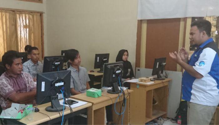 Pemaparan materi Pelatihan Komputer Dasar oleh anggota Relawan TIK Kota Cirebon
