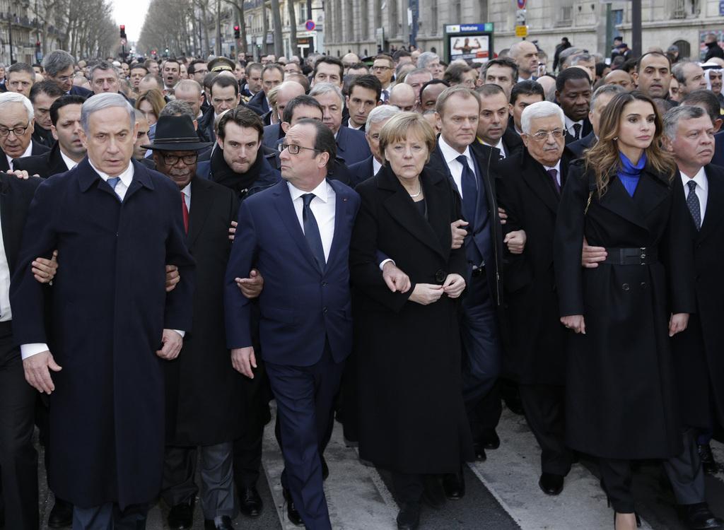 Benjamin Netanyahu, à gauche, en première ligne de la marche républicaine à Paris dimanche. [Keystone]