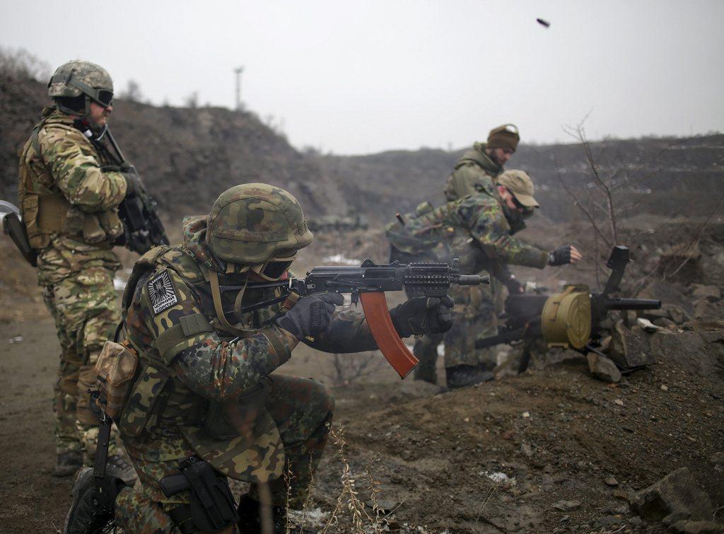 Entraînement militaire des volontaires ukrainiens près de Marioupol. [EPA/ANASTASIA VLASOVA - Keystone]