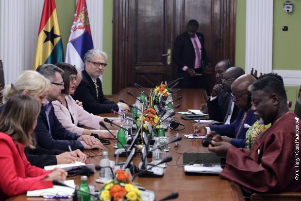 Kryetarja e Kuvendit Popullor Maja Gojkoviç dhe Kryetarja e Parlamentit Gana, Aron Michael Okvaje