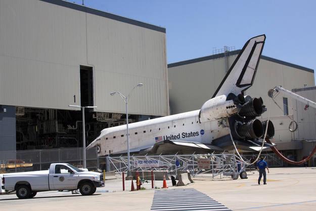 El transbordador llegando al Orbiter Processing Facility, el hangar donde los preparan para las misiones