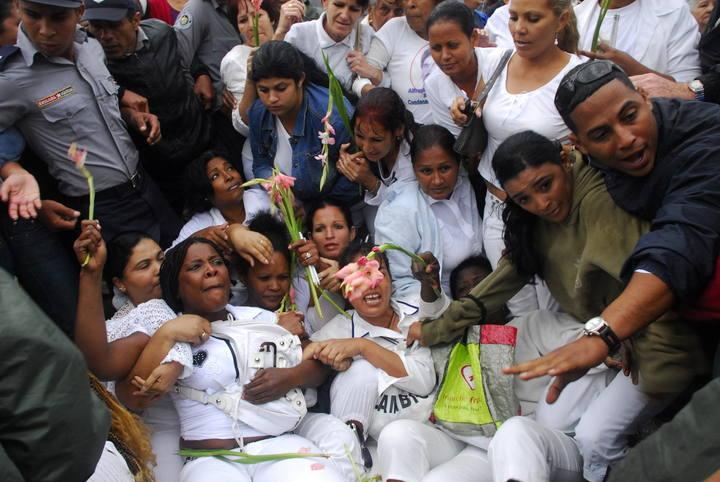 https://i1.wp.com/www.rtve.es/imagenes/agentes-cubanos-empujan-arrastran-suben-a-autobuses-a-damas-blanco/1268856910008.jpg