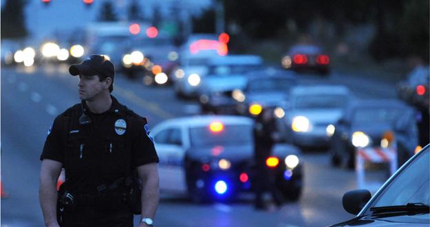 Policías desvían el tráfico en el lugar del asesinato.