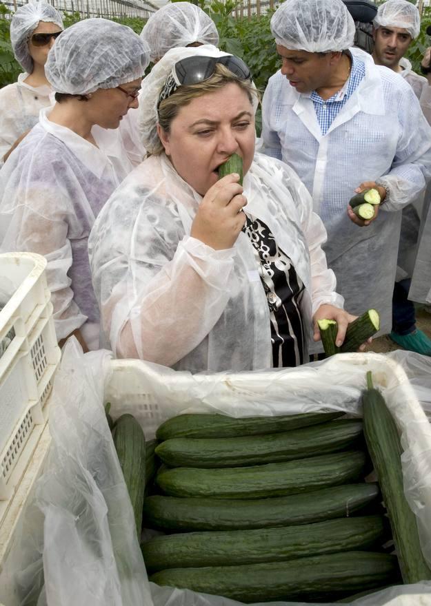 La consejera andaluza de Agricultura y Pesca, Clara Aguilera, se come un pepino para demostrar que no hay riesgos.