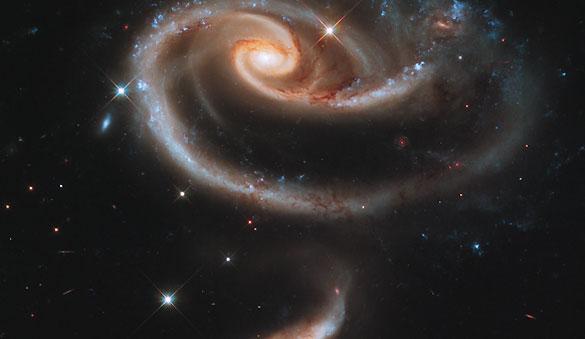 El conjunto de galaxias Arp 273 captado por el Hubble se encuentra en la constelación de Andrómeda y tiene esta particular forma de rosa cósmica