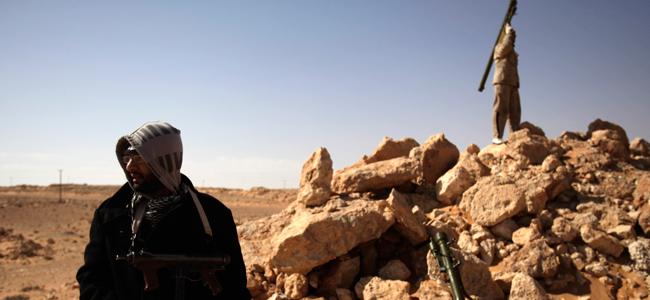 Rebeldes anti-Gadafi preparan sus misiles tierra-aire Sam-7 cerca de Ras Lanuf en previsión de ataques de la aviación gubernamental