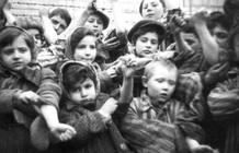Niños en campo de concentración de Auschwitz