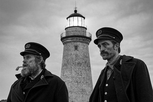 Вышел первый трейлер Маяка — Уиллем Дефо и Роберт Паттинсон пьют виски и сходят с ума на безлюдном острове