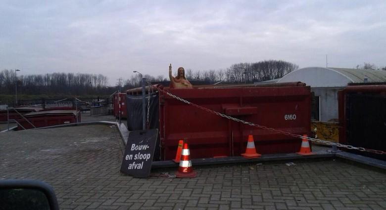 Velsenaar dumpt Jezus bij het afval