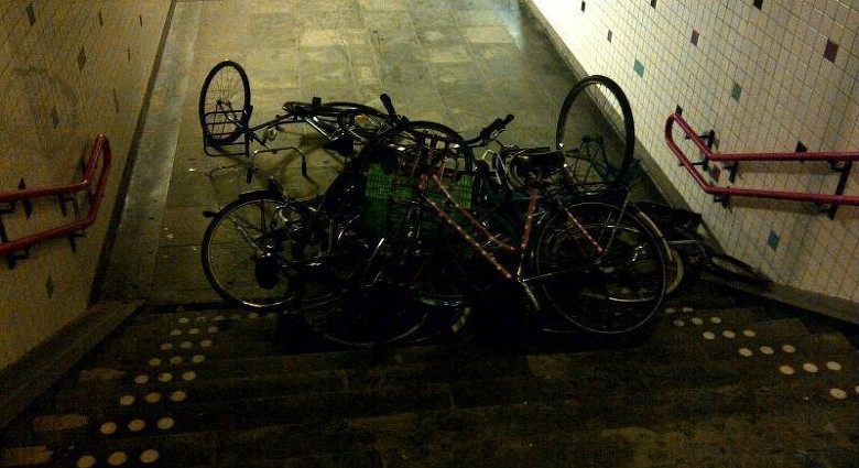 Fietsen gedumpt onder station Driehuis