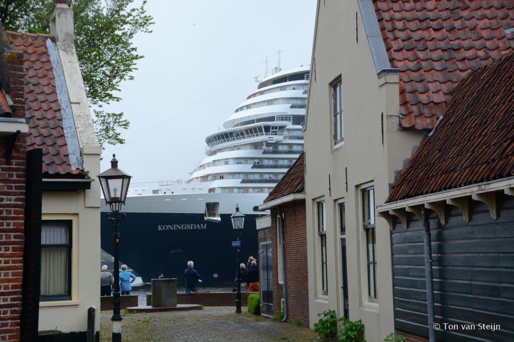 MS Koningsdam in IJmuiden