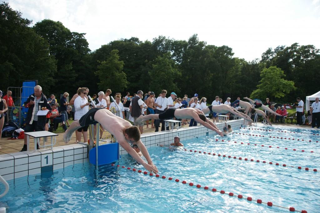 200 wedstrijdzwemmers in buitenbad