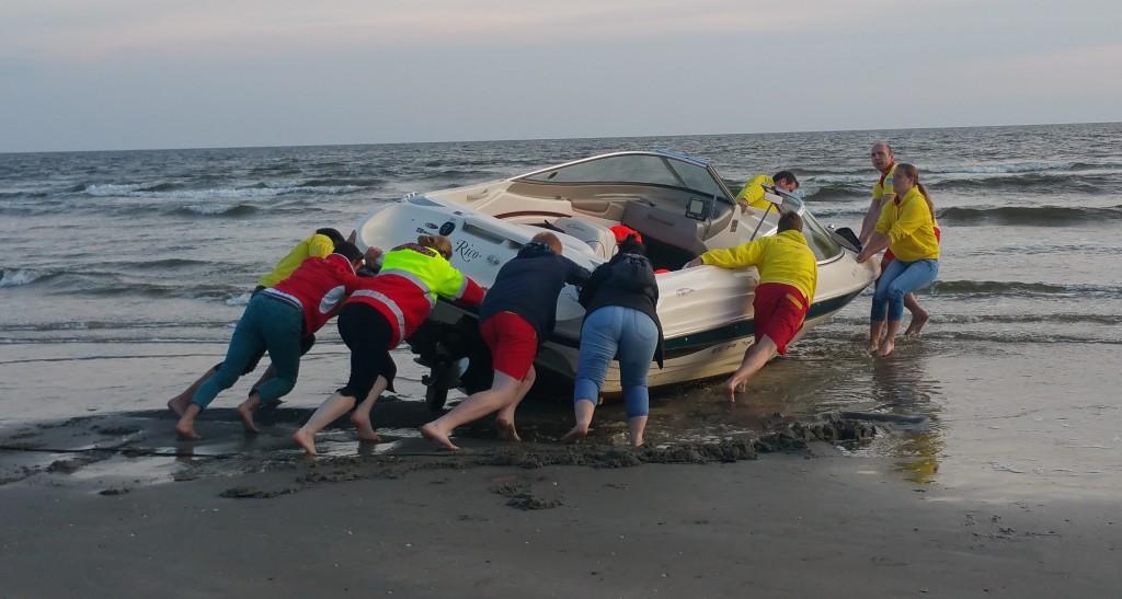 Reddingsbrigade duwt slachtoffer in zee