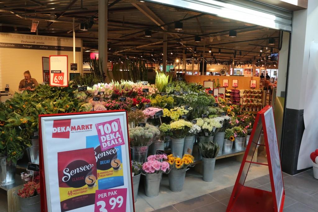 Vernieuwde Dekamarkt Zeewijk heropend