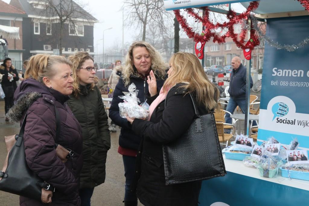 Sociale Wijkteam deelt kerststol uit op de Weekmarkt