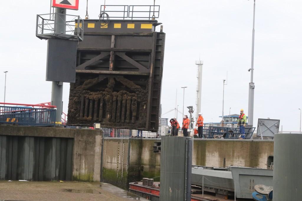 Nieuwe deuren voor de Kleine Sluis in IJmuiden