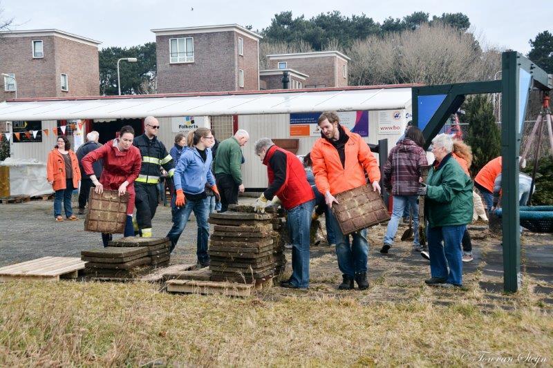 In kader van NL Doet vrijwilligers aan de slag in speeltuin Zeewijk