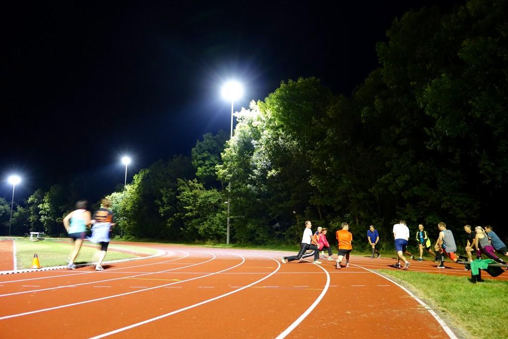 Hardlopen op verlichte atletiekbaan