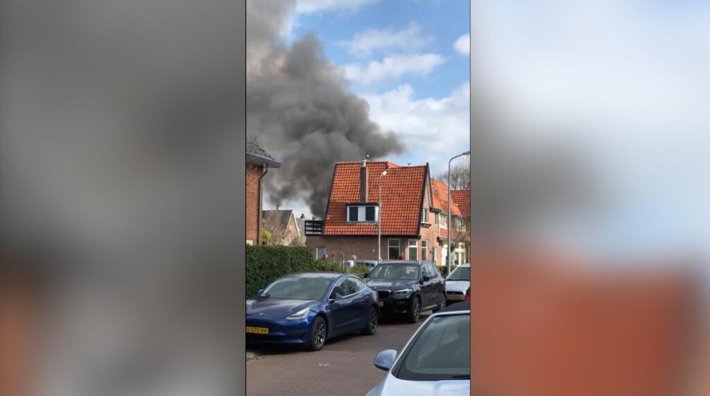 VIDEO – Veel rookontwikkeling bij brand op Kruidbergerweg Santpoort-Noord