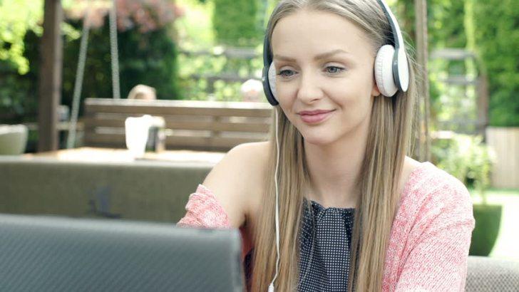 Berisik? pasang headphone! - 6 Cara menghilangkan gangguan saat bekerja - Shutterstock.com