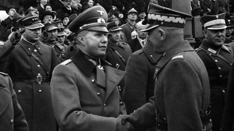 Рукопожатие польского маршала Эдварда Рыдз-Смиглы и немецкого атташе полковника Богислава фон Штудница на параде Дня независимости в Варшаве 11 ноября 1938 года / Фото: redcynic.com