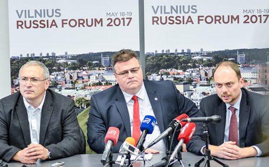 Михаил Ходорковский, Линас Линкявичюс и Владимир Кара-Мурза на Российском форуме в Вильнюсе / Фото: meduza.io
