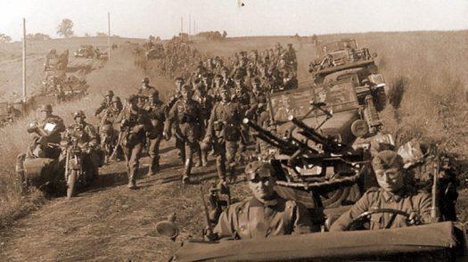 Солдаты 7-й танковой дивизии вермахта маршируют по литовской земле, лето 1941 года / Источник: amazonaws.com