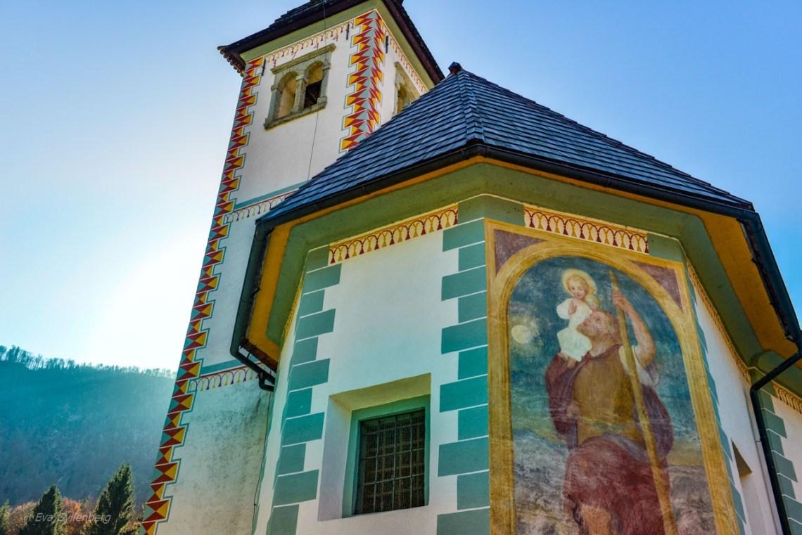 Kyrka med vackra målningar vid Lake Bohinj - Slovenien