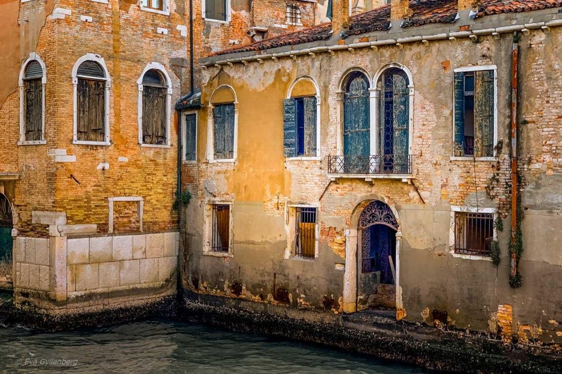 Husgrunder vid kanal i Venedig