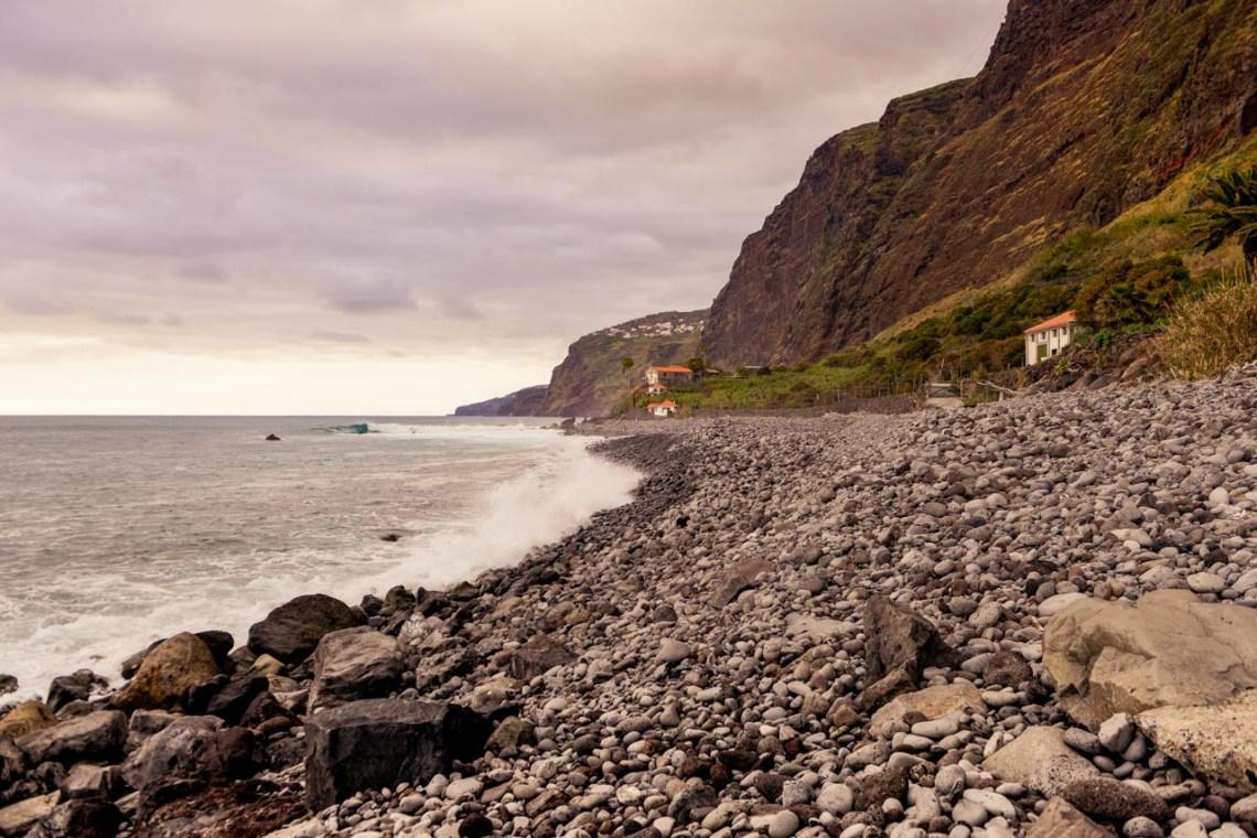 Den svarta stranden vid Faja Dos Padres