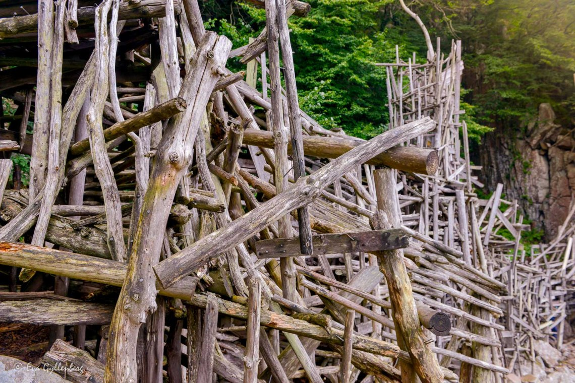A picking stick of sticks and planks and driftwood