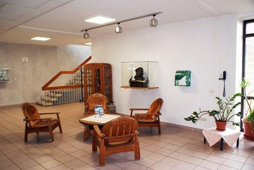 Ruderakademie Ratzeburg – Eingangshalle mit Karl Adam-Statue