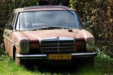 Je verwacht het niet, maar in een tuin in Haren.. Mercedes W114 als ik mij niet vergis.