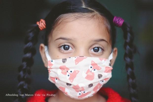 meisje mondkapje corona bij kinderen