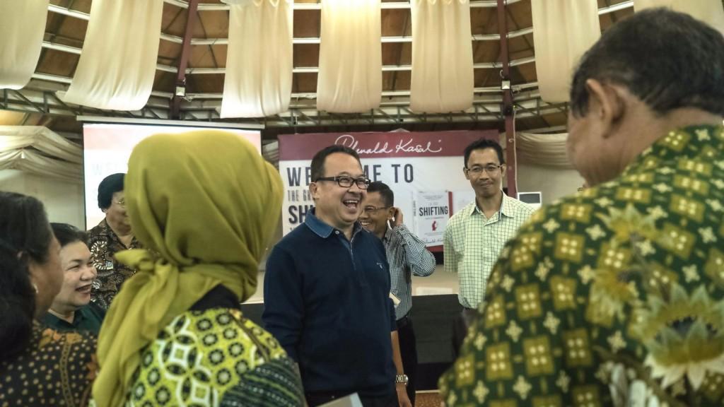Prof. Rhenald Kasali berinteraksi dengan para undangan selepas acara talk show