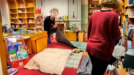 Les libraires installent leur campement de fortune au rayon jeunesse. Crédits Camille Romano/Rue89Lyon