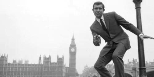 Solo se déroule en 1969, année où Bond était incarné par George Lazenby à l'écran.