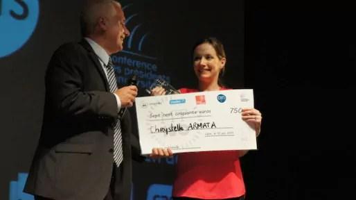 """Chrystelle Armata, candidate de la région Rhône-Alpes, reçoit le troisième prix du jury lors du concours de """"Ma Thèse en 180 secondes"""", à Lyon, le 10 juin 2014."""
