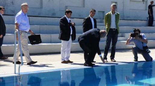 Gérard Collomb se mouille du bout du doigt à la piscine du Rhône. ©Matthieu Beigbeder/Rue89Lyon.